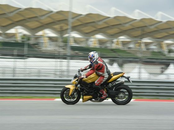 Adil In action on the Streetfighter 848