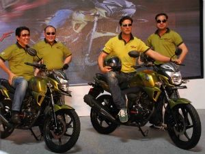 Akshay Kumar with Honda officials at unveiling of CB Trigger