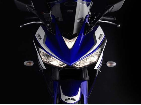 Yamaha R25 headlight shot