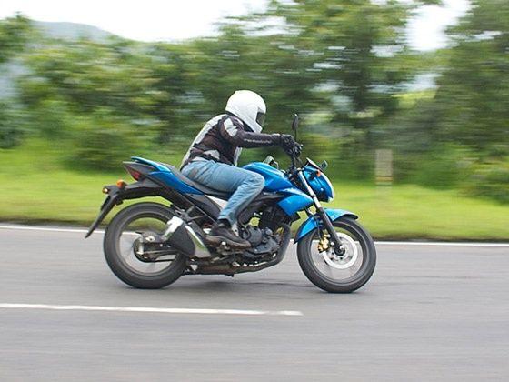 Suzuki Gixxer 155 cornering with rider