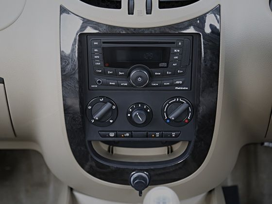 2015 Mahindra Xylo review centre console
